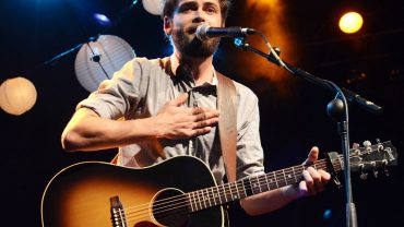"Passenger Releases Tropical New Tune ""Anywhere"""